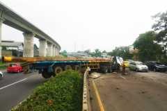Kecelakaan: Truk trailer masuk jalur berlawanan di Tol Purbaleunyi